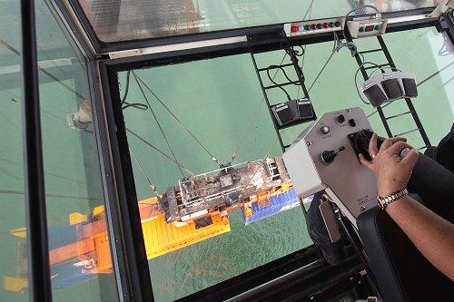 Loker Operator Overhead Crane : Sri lanka port authority employs female gantry